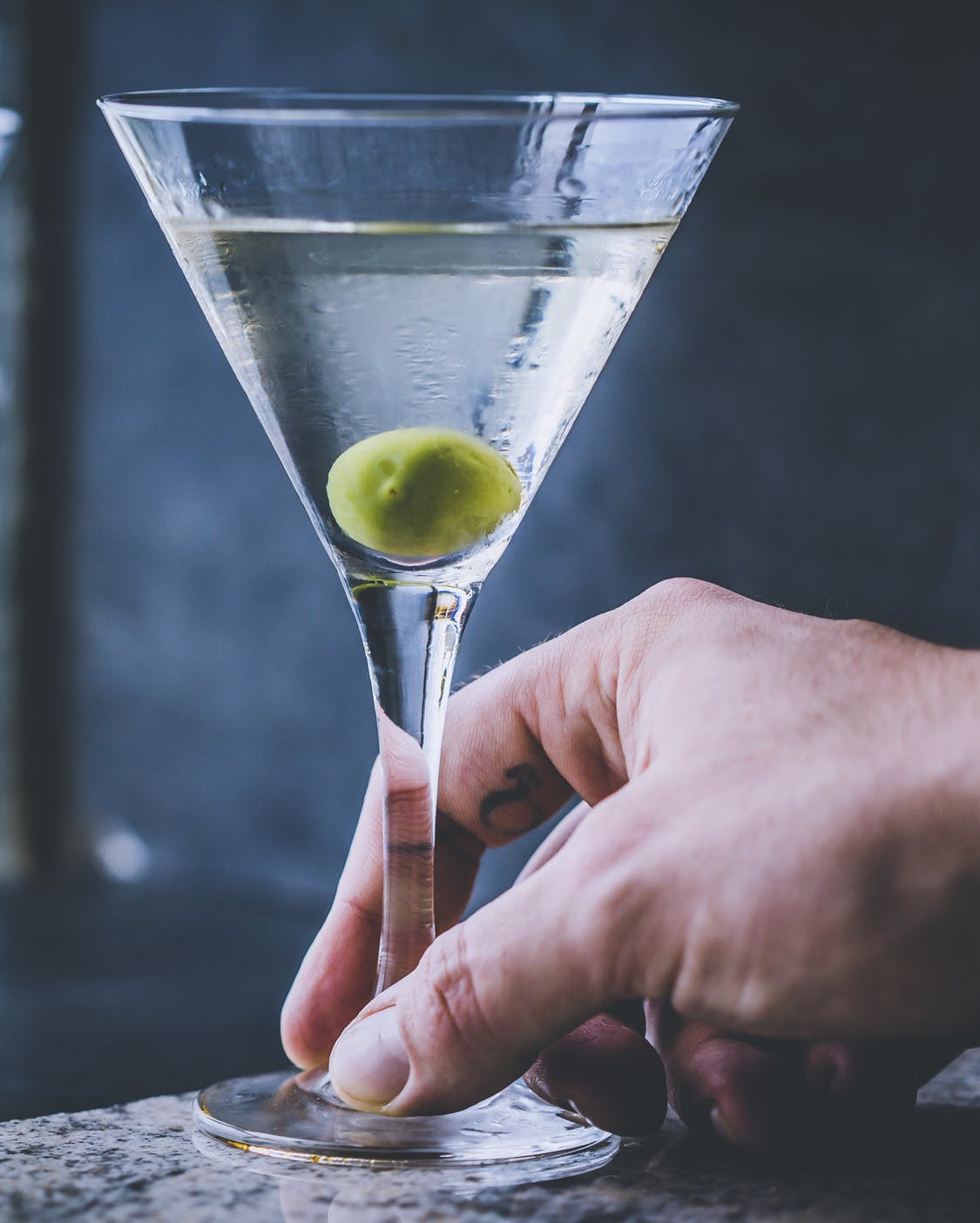 Dry Martini Cocktail mit Olive.